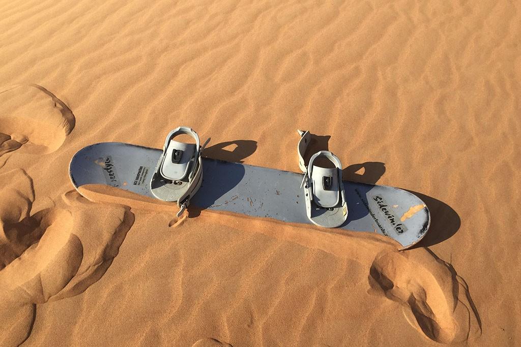 Sandboarden in de woestijn van Dubai