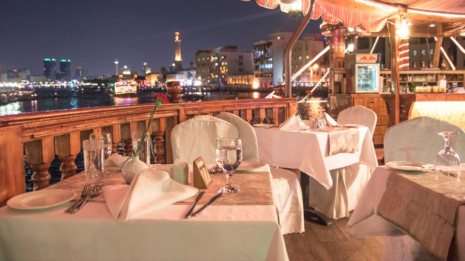 Diner cruise over de Dubai Creek in een traditionele dhow